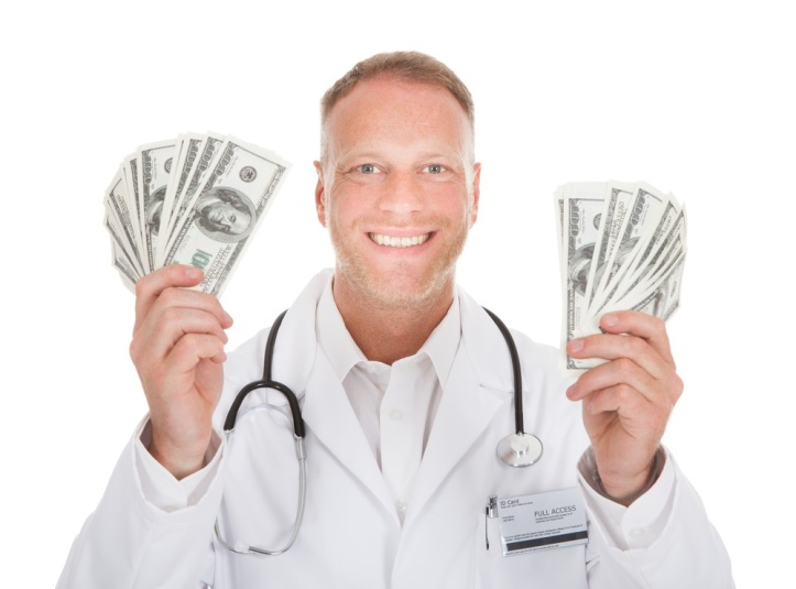 shutterstock_201238628-1-doctor-with-money-for-surgicenter-blog